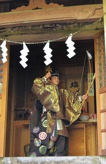 塩川神社の中で神楽を奉納