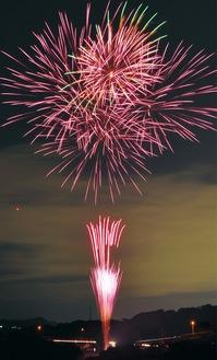 八菅橋下河川敷で打ち上げられた花火