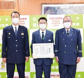 厚木警察署での贈呈式。(写真右から)大沼所長、高橋さん、河辺署長