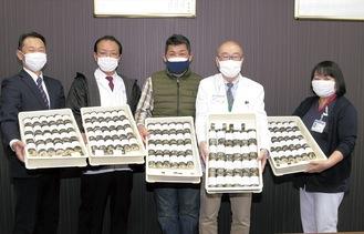 節分に合わせて130本の恵方巻を贈呈した。(写真左から)みやこ家の石川店長、鈴木料理長、平田社長。受け取った市立病院の長谷川病院長、鷲塚明子看護部長
