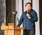 愛川中学校で講演する北極冒険家の荻田泰永さん
