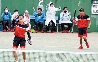 勝利し喜ぶ尾形涼君(左)と高橋勇貴君(右)