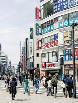 緊急事態宣言解除後初の週末となった27日の本厚木駅前