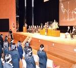 全員起立し代表が壇上で宣誓