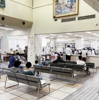 多くの町民が手続きに訪れる愛川町役場本庁舎ロビー
