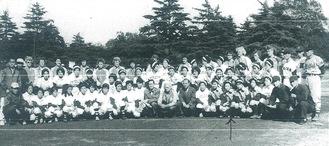 日本で初の日米ソフトボール大会の記念写真(飯島さん提供)