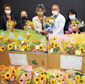 厚木市立病院での花束寄贈の様子