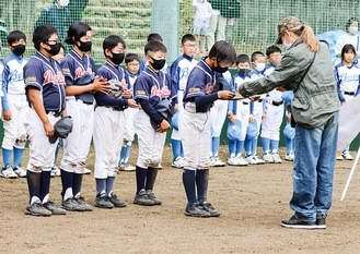 閉会式で表彰状を代表して受け取る選手ら(厚木市少年野球協会提供)