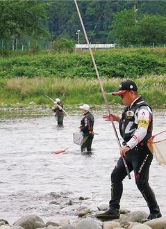 試し釣りで竿を振る参加者ら