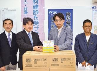 厚木市中町での寄贈の様子。石鹸を渡す難波会長(中央左)と、受け取る伊吾田会長(中央右)