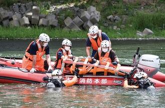 水難者を救助する隊員ら