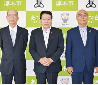 小林市長(中央)を表敬訪問した中村会長(右)と石川前会長(左)