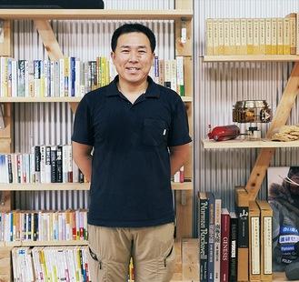 北極冒険家・荻田泰永さんと書店の蔵書。活動で使用した備品も見学できる(写真提供・荻田泰永遠征事務局)