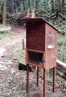 愛川町内の登山道に設置されたヤマビルファイターBOX