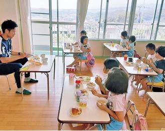 選手と一緒の給食に子どもたちは興奮していた