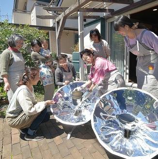 ソーラークッキングを楽しむメンバー