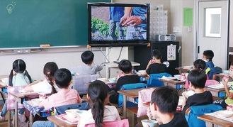 給食を食べながら有機農業の動画を見る児童ら(中津第二小)