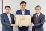 佐藤電工(株)の佐藤代表取締役(中央)と小林市長(左)、曽田教育長(右)