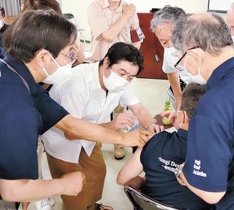 医師による筋肉内注射を学ぶ歯科医ら