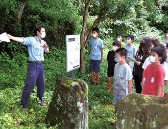 金井古墳を説明する宝満さん(左)