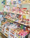 店内には所狭しと駄菓子が並ぶ