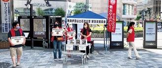 本厚木駅前で募金活動をする同クラブのメンバー