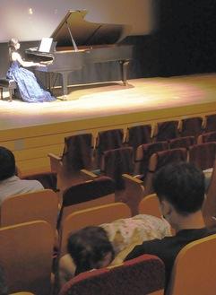 文化会館の小ホールでピアノの生演奏を子どもと共に楽しんだ