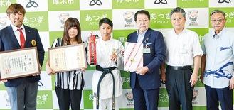 武藤選手(左から3人目)と小林市長(右隣り)ほか関係者