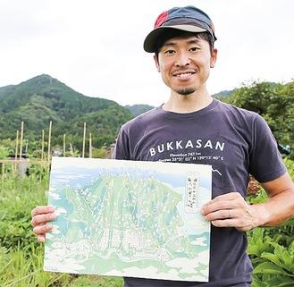 鳥瞰マップを手にする横山さん