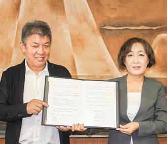 協定書を持つ吉川氏(左)と河村氏。=県政総合センター会議室にて