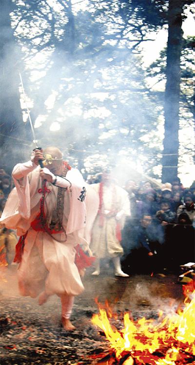 八菅神社で火渡り