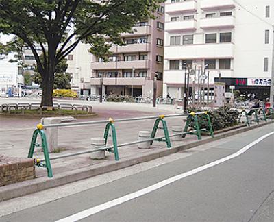 厚木公園の入口に駐車止め