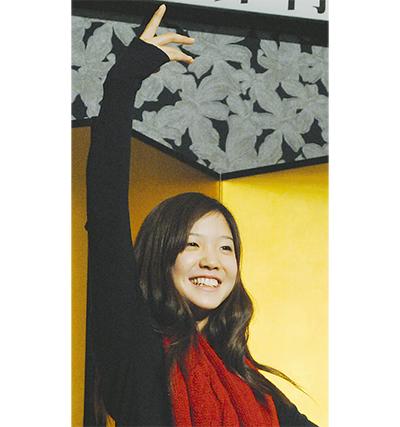 報道陣の要望でバレエのポーズを取る菅井さん 報道陣の要望でバレエのポーズを取る菅井さん 若手バレ