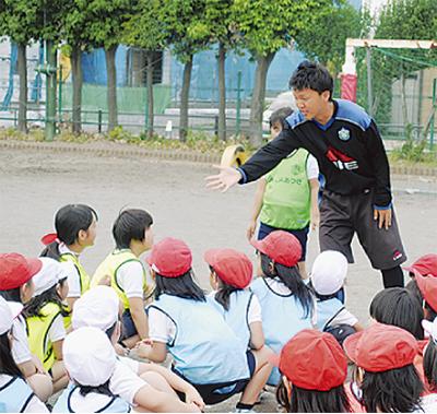 サッカーの楽しさ学ぶ