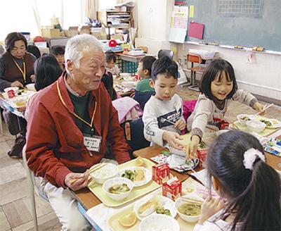 給食で児童と触れ合う