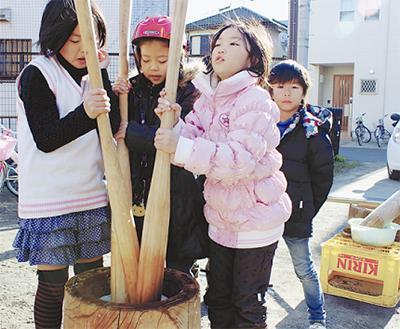 餅つきと凧作りに挑戦