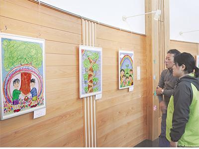 子どもたちの作品を展示