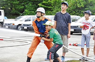 小中学生が消防体験