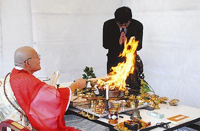 厳かに護摩祈祷