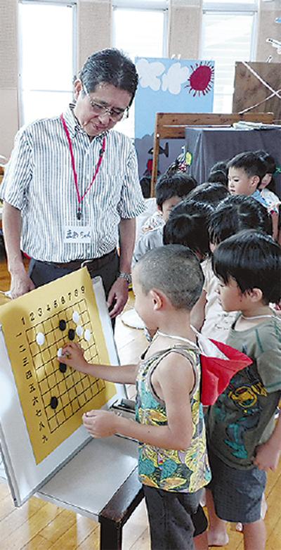 園児が囲碁に挑戦