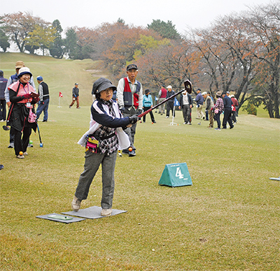 秋のフェアウェイでグラウンド・ゴルフ