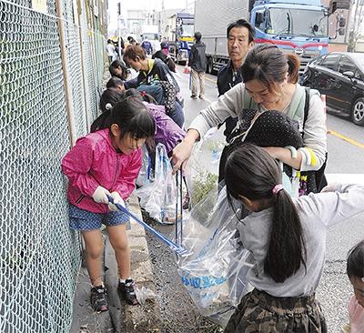 子どもから大人まで協力して清掃(厚木市提供)