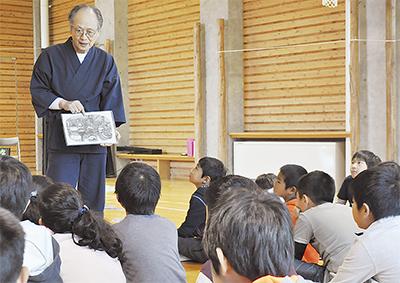 櫻井さんの紙芝居に興味津々の児童