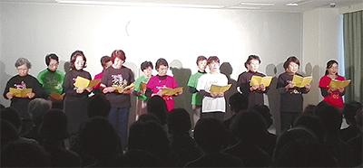 グループで詩を読み上げ