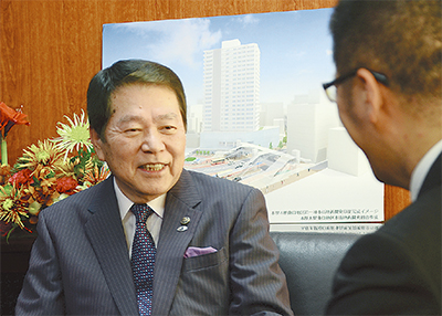 インタビューに応じる小林市長