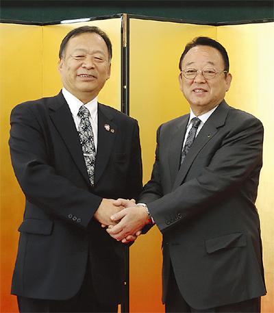 握手する大貫組合長(右)と岡本組合長