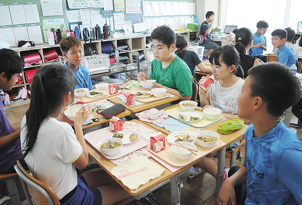 韓国少年団が給食を体験