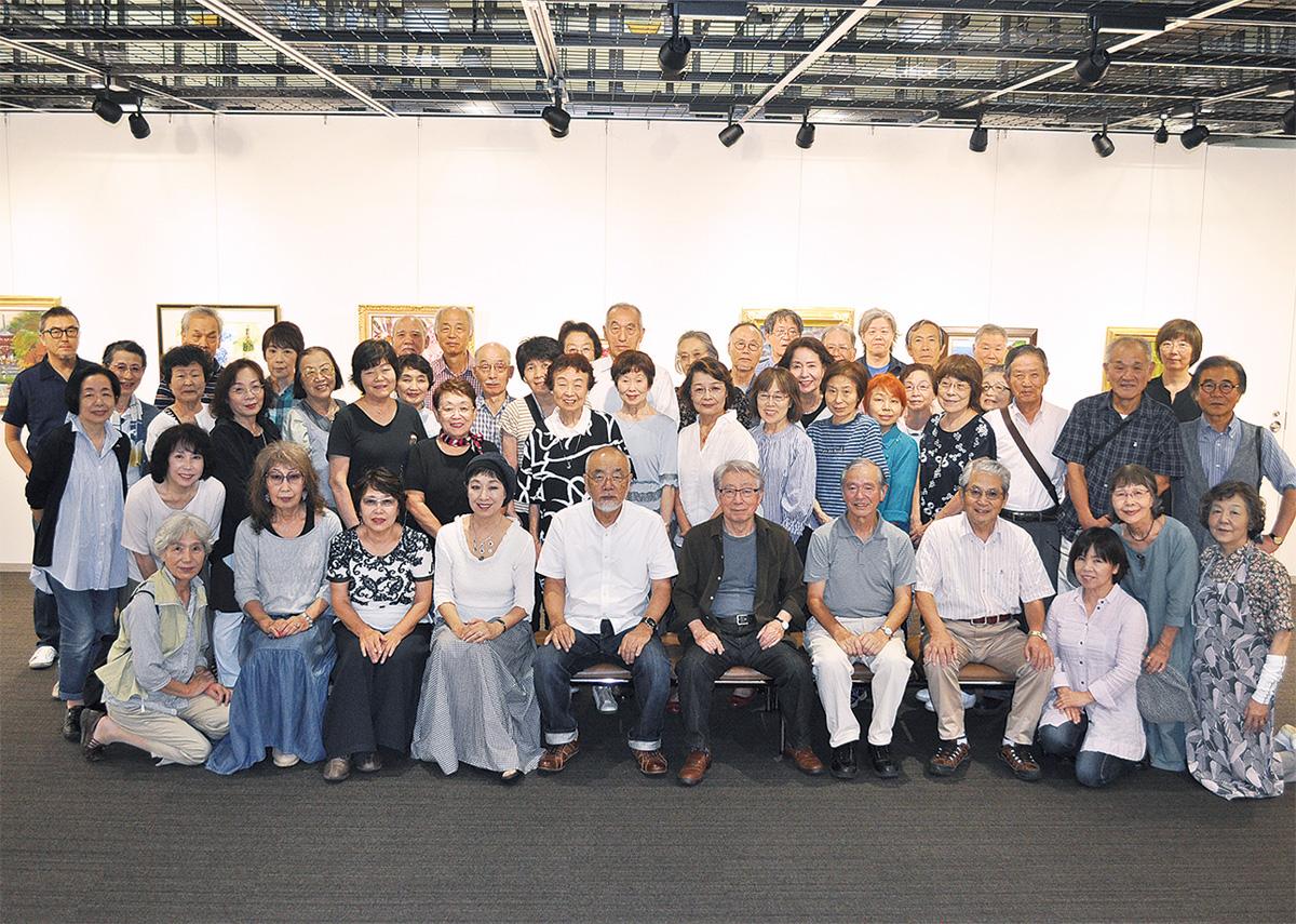 アミューあつぎで開催中の「厚展会員小品展」に出展する会員ら