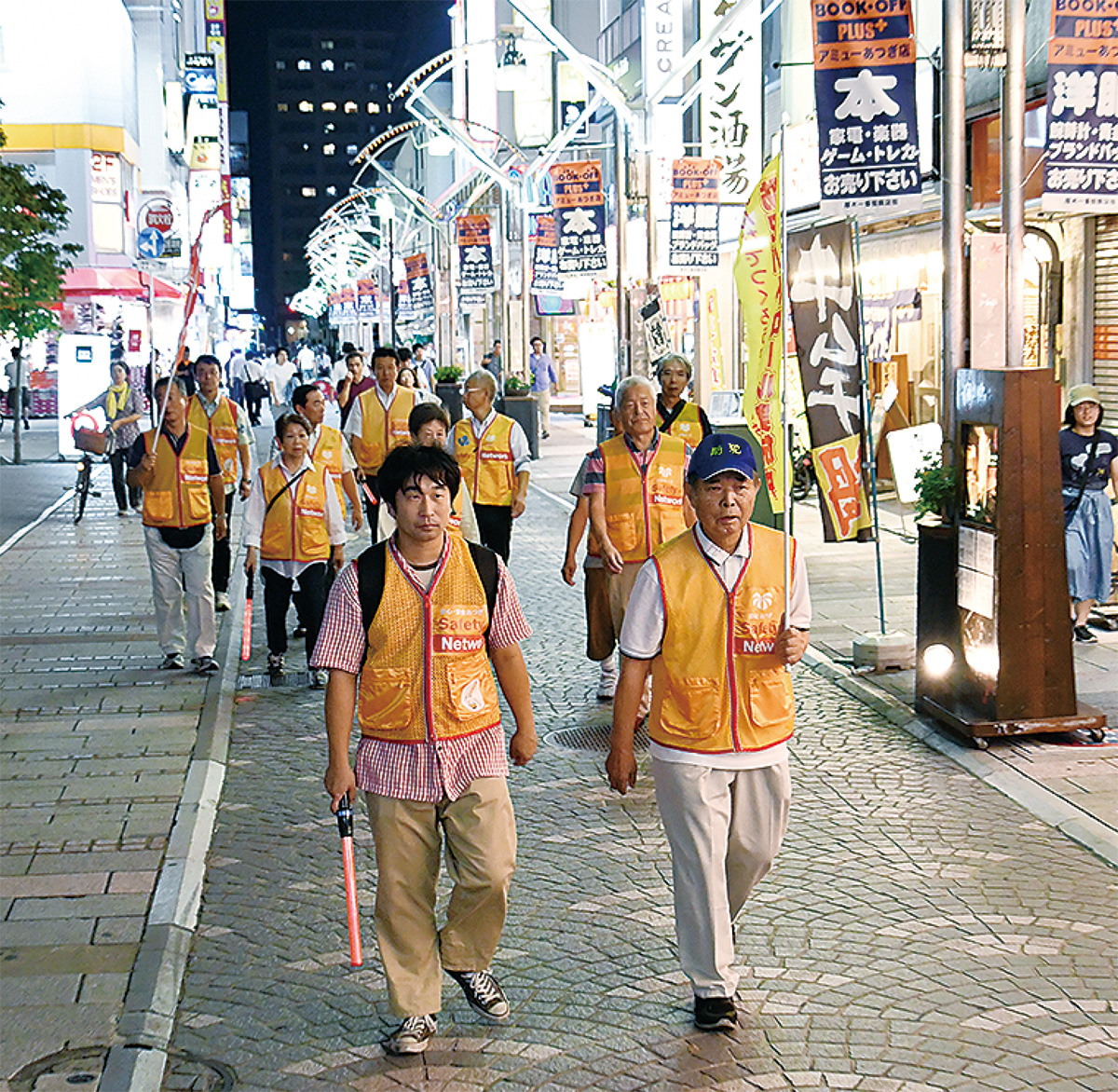 SC活動の象徴ともいえる、黄色いセーフティベストを着て本厚木駅周辺をパトロールする関係者