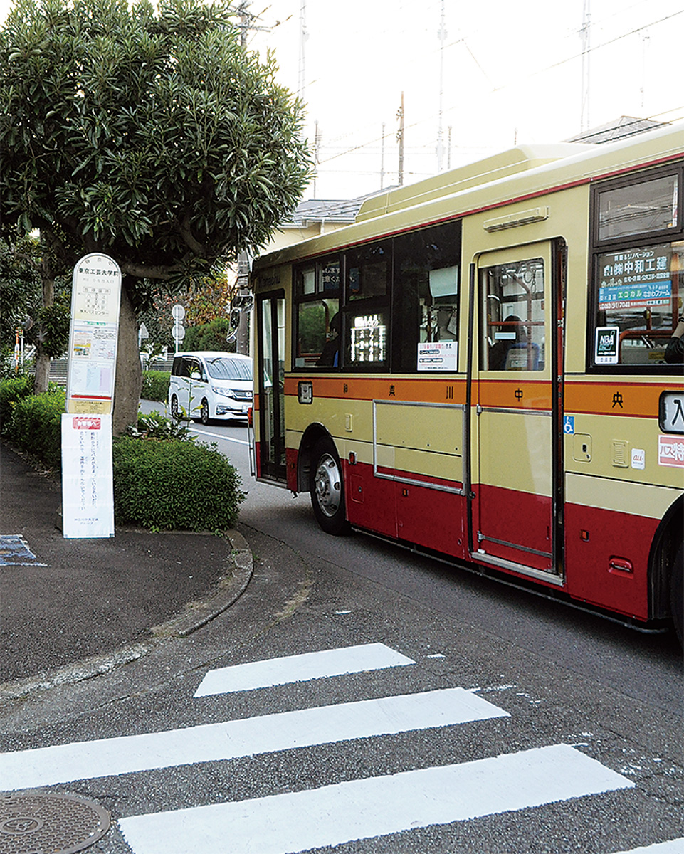 交差点を遮るように停車するバス           (東京工芸大学前のバス停)